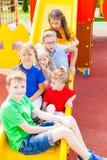 Enfants à la cour de jeu Images libres de droits