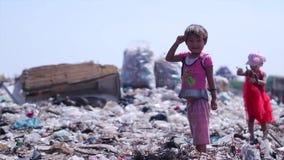 Enfants à la décharge Orphelins dépossédés banque de vidéos