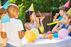Enfants à la fête d'anniversaire dans le jardin Photo stock