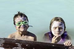 Enfants à la lagune bleue Images stock