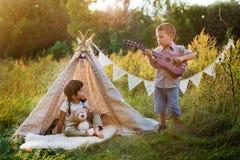 Enfants à la loge sur la nature Photos libres de droits