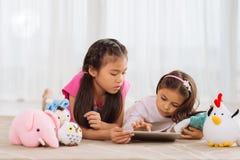 Enfants à la maison images stock