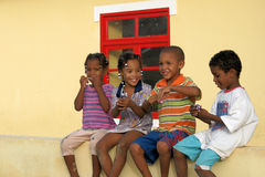 Enfants à la peau foncée sur Boavista, Cap Vert Image libre de droits