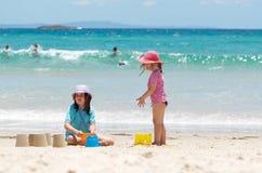 Enfants à la plage Images stock
