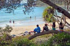 Enfants à la plage en parc national de Noosa, Queensla Image stock