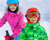 Enfants à la station de sports d'hiver Image stock