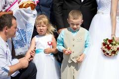 Enfants à un mariage images stock