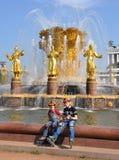 Enfants à une amitié de fontaine des gens Photo stock