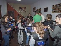 Enfants à une arène d'étiquette de laser Photos stock