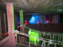 Enfants à une arène d'étiquette de laser Photo libre de droits