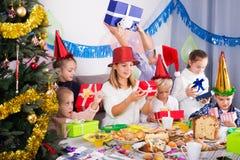 Enfants échangeant des cadeaux de Noël Images libres de droits