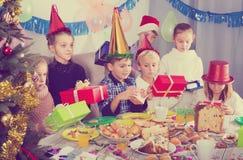 Enfants échangeant des cadeaux de Noël Photographie stock libre de droits