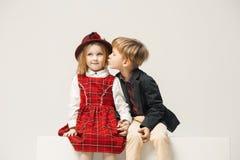 Enfants élégants mignons sur le fond blanc de studio Photos libres de droits