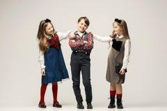Enfants élégants mignons sur le fond blanc de studio Images stock