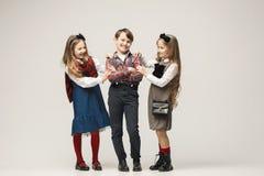Enfants élégants mignons sur le fond blanc de studio Photographie stock libre de droits