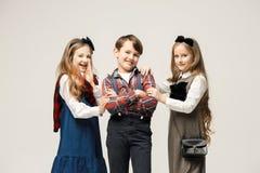 Enfants élégants mignons sur le fond blanc de studio Photo libre de droits