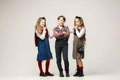 Enfants élégants mignons sur le fond blanc de studio Image libre de droits