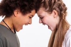 Enfants émotifs et expressifs s'appuyant sur l'un l'autre photos libres de droits
