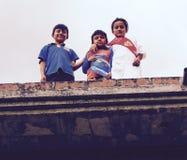 Enfants équatoriens sur un toit Vilcabamba Photographie stock