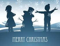 Enfants établissant la scène de Noël de bonhomme de neige Photos libres de droits