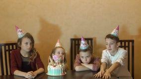 Enfants étant ennuyeux sur la fête d'anniversaire gâteau d'anniversaire pour peu de fille d'anniversaire Photo libre de droits