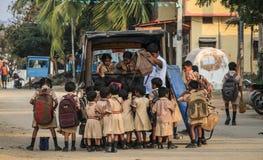 Enfants étant laissés tomber à l'école, Hampi, Karnataka, Inde Photographie stock