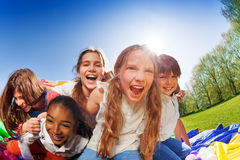 Enfants étreignant et riant pendant la partie d'extérieur Images stock
