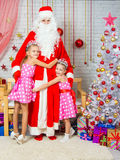 Enfants étreignant le gel première génération des arbres de Noël Image stock