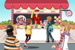 Enfants achetant la sucrerie Images libres de droits