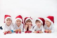 Enfants adorables avec le chapeau de Santa, souriant à l'appareil-photo Images stock
