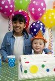 Enfants adorables ayant l'amusement à la fête d'anniversaire Images stock