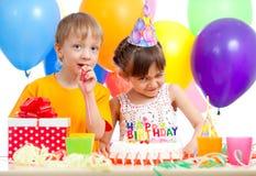 Enfants adorables célébrant la fête d'anniversaire Photo libre de droits