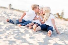 Enfants adorables d'enfant de mêmes parents embrassant le plus jeune Photos stock