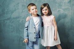 Enfants adorables posant et étreignant Photos libres de droits