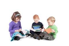 Enfants affichant des livres de gosses d'isolement Image stock