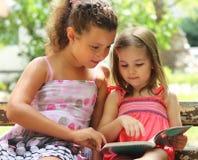 Enfants affichant le livre Photo stock