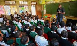 Enfants africains dans la salle de classe d'école primaire photographie stock