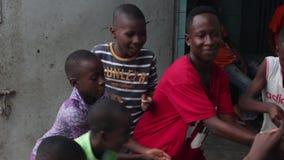 Enfants africains dansant devant l'appareil-photo banque de vidéos