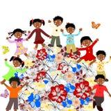 Enfants africains heureux autour des fleurs du monde Photo stock
