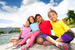 Enfants africains heureux passant le temps par la rivière Photos stock