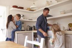 Enfants aidant des parents dans la cuisine avec des corvées photos libres de droits