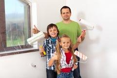 Enfants aidant là la peinture de père Photographie stock