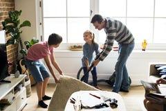 Enfants aidant les corvées de maison photos stock