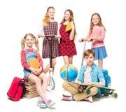 Enfants allant à la colonie de vacances, fin de l'éducation, groupe d'enfants d'élèves sur le blanc image stock