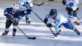 Enfants allemands jouant le hockey sur glace Images libres de droits