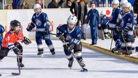 Enfants allemands jouant le hockey sur glace Photo stock