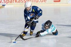 Enfants allemands jouant le hockey sur glace Image libre de droits