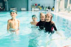 Enfants amicaux avec des lunettes de natation photographie stock