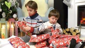 Enfants appréciant des cadeaux de Noël clips vidéos