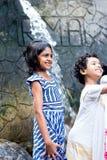 Enfants appréciant et ayant l'amusement avec la cascade de Ravana, Sri Lanka Photographie stock